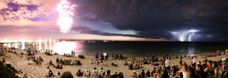 Комета между фейерверком и молнией